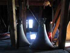 Høyttalerne i det gamle klokkespillet fjernes, og sendes til Ringve Musikkhistoriske museum. (Foto: NRK)