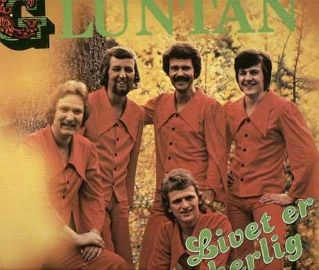Tøff i pysjamas? Det norske bandet Gluntan koser seg ute i skogen, i sitt pysj-inspirerte røde antrekk.