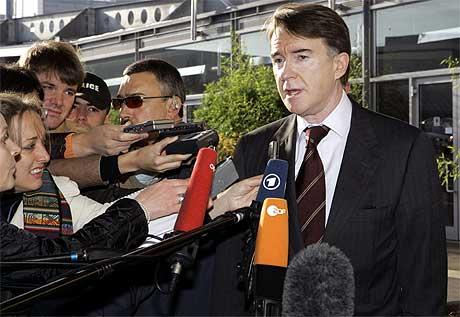 INN TIL MØTE: Handelskommissær Peter Mandelson på vei inn til møtet med EUs utenriksminstre. Foto: AP/Scanpix.