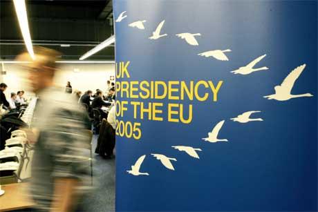 <b>Trekkfugler på EU-møte:</b> Storbritannia valgte en flokk trekkfugler som logo for sitt EU-formannskap. I dag var frykten for fugleinfluensa, trolig spredt via trekkfugler, tema på EU-møtet i Luxembourg. (Foto: Yves Iogghe/AP/Scanpix)