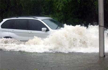 """Orkanen """"Wilma"""" har alt ført til store nedbørsmengder på Jamaica. (Foto: AP/Scanpix)"""