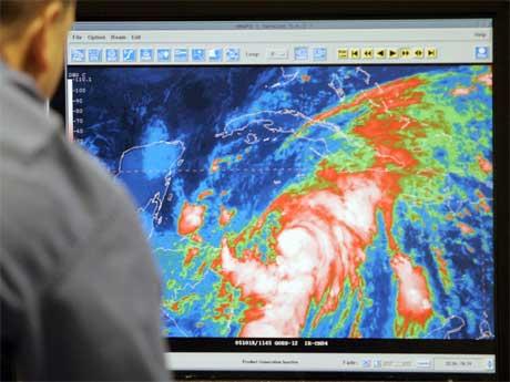 """En amerikansk meteorolog følger orkanen """"Wilma"""" på dataskjermen. (Foto: AP/Scanpix)"""