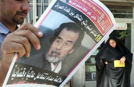 Irakerne har lenge ventet på rettssaken mot Saddam Hussein. Nå innledes den (Scanpix/AP)