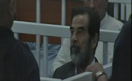 Iraks tidligere president Saddam Hussein i retten i dag. (Foto: Pool)