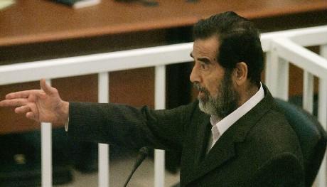 Saddam Hussein nektet å anerkjenne retten da han møtte dommerne i dag. (Foto: Ben Curtis/AFP/Pool/Scanpix)