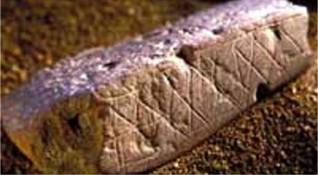 En flatskrapet og dekorert bit av oker, 75.000 år gammel. Foto: Chris Henshilwood
