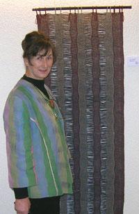 Marit Garborg foran en av sine vevnader i solfjær-teknikk.