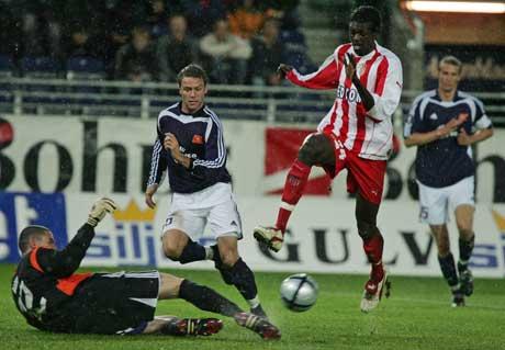Monacos Emmanuel Adebayor utfordrer keeper Anthony Basso under UEFA-cup-kampen på Viking Stadion i kveld. (Foto: Alf Ove Hansen/Scanpix)