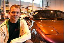 Helikoptertekniker Markus Lundberg viser stolt fram sin MR2.