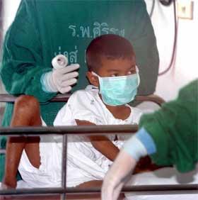 SMITTET: Denne sju år gamle gutten mistet faren sin for to dager siden. Nå er det bekreftet at han er smittet av fugleinfluensaviruset. (Foto: Reuters/Scanpix)