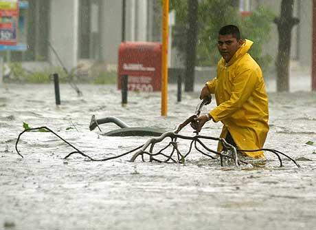 Høy vannstand gjør det vanskelig å ta seg fram gjennom gatene i feriebyen Cancún. (Foto: Scanpix/Reuters)