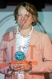 Jan Eggum med Norsk Artistforbunds Ærespris 2005. Foto: Håkon Mosvold Larsen / SCANPIX