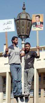 Syriske demonstranter i Damaskus sier at FN-rapporten lyver. (Foto: Khaled al-lHariri, Reuters)