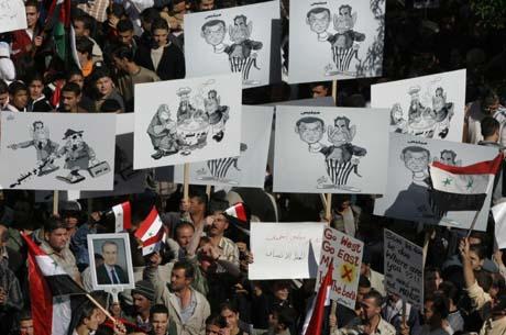 Titusener demonstrerte for Syrias ledelse og mot FN i Damaskus mandag kveld. (Foto: L.Beshara, AFP)