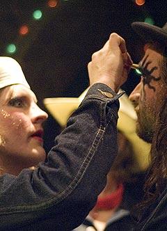 Make-up: Om noe skal gjøres, skal det gjøres skikkelig. Happy-Tom (Damian Campbell) hjelper Hank (Jason Stone) med det siste laget med sminke. Foto: Unn-Therese Sundet.