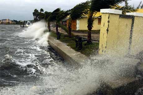 Minst fire omkom i det siste uværet i Florida. Her slår bølgene opp i Vero Beach. (Foto: Alison Sidlo/ Vero Beach Press-Journal/ AP/ Scanpix)