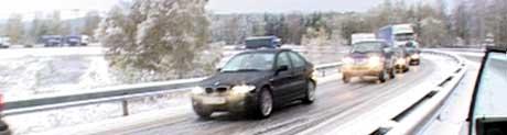 Det glatte føret skapte store problemer for bilistene tirsdag morgen (Foto: NRK)