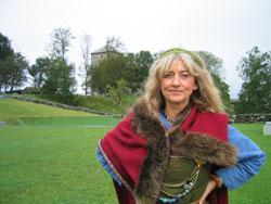 Marit Synnøve Vea som vikingedame på Avaldsnes. Foto: NRK