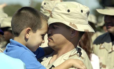 Sersjant Ronald Megginson med sin fire år gamle sønn under en seremoni i USA. Megginson dro til Irak i helgen, samtidig som stadig flere amerikanere angrer på hele invasjonen. (Foto: J.Dixon, AP)