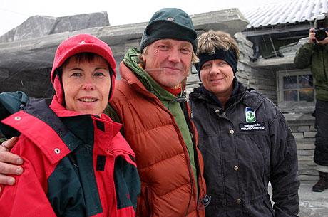 Fjellrevforsker Arild Landa sammen med direktør Janne Sollie i DN (til høyre) og Norunn Myklebust i NINA under åpningen av fjellrevstasjonen på Sæterfjellet i Oppdal kommune. Foto: Kjell Herskedal / SCANPIX.