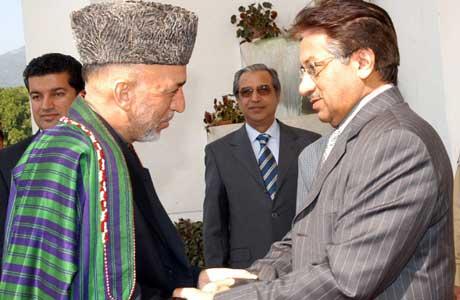 Musharraf (t.h.) har i de siste dagene mottatt mange som har villet yte jordskjelvofrene hjelp. Her møter han sin afghanske kollega Hamid Karzai (Scanpix/Reuters)