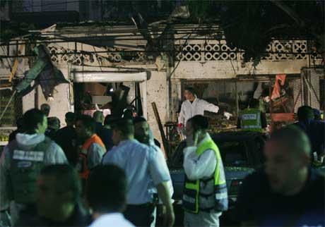 Israelsk politi undersøker åstedet. (Foto: Oded Balilty/AP/Scanpix)