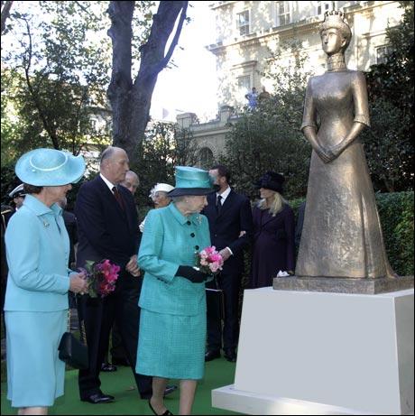 Begge dronningene var glade for at ikke kjolen til Maud også var turkis, for da hadde det VIRKELIG blitt pinlig. (Bjørn Helge Græsli)