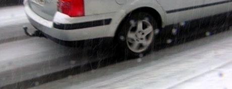 Snøen kom før det var lov å kjøre med piggdekk denne uka. Foto: NRK