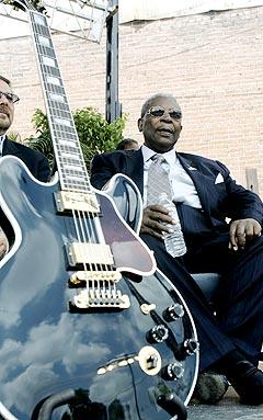BB King slapper av i skyggen, sammen med sin kjære gitar Lucille under en seremoni for å markere starten på arbeidet med The B. B. King Museum som åpner i 2007. Foto: Rogelio Solis, AP Photo / Scanpix.