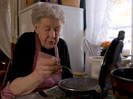 Margit steikjer strullar. (Foto: Tor Sivertstøl/ NRK)