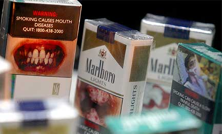 KLAR TALE: Sigarettpakningene i Singapore sparer ikke på advarslene om hva som skjer når man inntar pakningsinnholdet. Foto: AP/Scanpix.