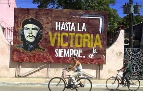 Et av mange malte skilt på Cuba med Ernesto Che Guevara hvor det står, Alltid til seier. (AP Photo/Cristobal Herrera)