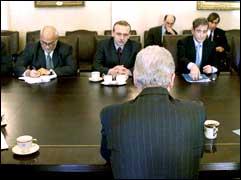 President Bill Clinton (med ryggen til) forhandler med Israels Utenriksminister Shlomo Ben-Ami (t.h.) og palestinerernes forhandler Saeb Erekat (t.v.)(Foto: Scanpix).