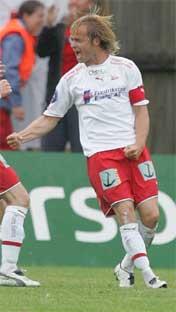 Dagfinn Enerly er en uhyre populær spiller i Fredrikstad. - Han er en perfekt blanding av klovn og kaptein, noe jeg aldri har sett før, sier Egil Drillo Olsen (Foto Morten Holm / SCANPIX )