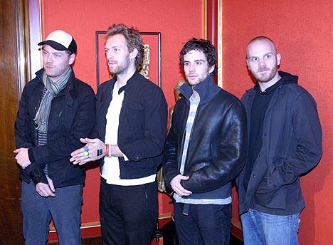 Coldplay var i godt humør da de ankom pressekonferansen i Oslo før konserten i Oslo Spektrum mandag kveld. Foto: Jørn Gjersøe, nrk.no/musikk.