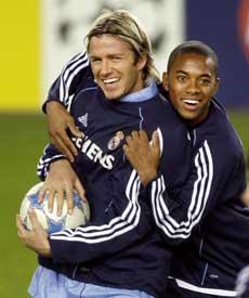 David Beckham og brasilianske Robinho koste se under trening på Lerkendal mandag kveld. (Foto: AFP PHOTO DANIEL SANNUM LAUTEN)
