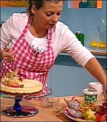 Kokke-Lise pynter ostekaken med lekkre frukter.