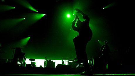 Chris Martin og Coldplay underholdt med både akrobatikk og musikk i Oslo Spektrum mandag kveld. Foto: Sara Johannessen, Scanpix.