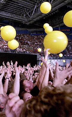 Gule ballonger falt ned fra taket under tredje låt. Foto: Sara Johannessen, Scanpix.