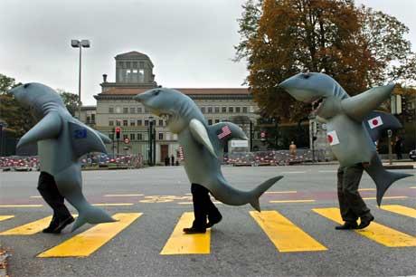 Demonstranter utenfor WTO-hovedkvarteret i Geneve mener organisasjonen gjør for lite for verdens fattige. (Foto: Laurent Gillieron/ Keystone/ AP/ Scanpix)