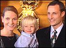 Mette-Marit og kronprins Haakon sammen med hennes sønn Marius. (NRK-foto)