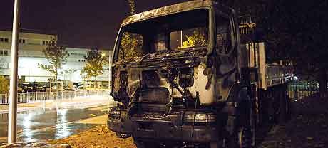 PARIS: En utbrent lastebil i bydelen Sevran etter et sammenstøt mellom politi og ungdommer. Foto: Stephane de Sakutin, AFP
