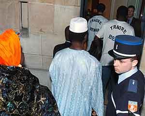 Pårørende til de to guttene som omkom på vei til et møte med myndighetene. Foto: Jean Ayissi, AFP