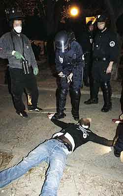 Arrestasjon i Clichy-sous-Bois 30.oktober. Foto: Stepnane de Sakutin, AFP
