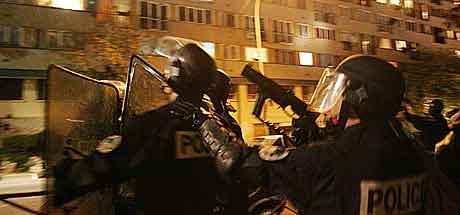 PARIS: Tungt bevæpnet politi utenfor en boligblokk i Clichy-sous-Bois. Foto: Thomas Coex.