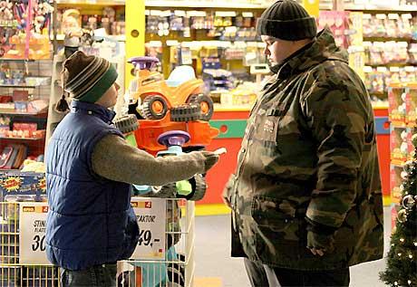 Jim og Terje i leketøysbutikken. Foto: Paradox