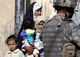 Irakiske sjiamuslimer skuler mot en amerikansk soldat i byen Mosul. (Foto: Cris Bouroncle/AFP/Scanpix)