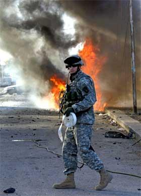 En amerikansk soldat sikrer stedet der en bilbombe gikk av i Kirkuk i dag. (Foto: Marwan Ibrahim/AFP/Scanpix)
