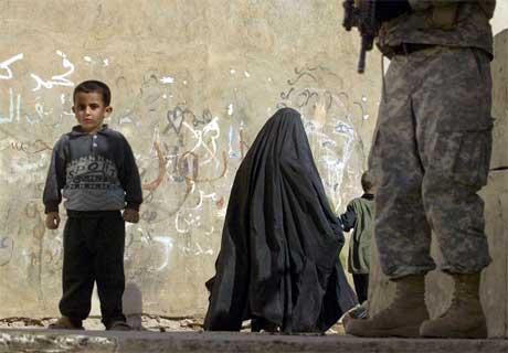 En irakisk gutt fotografert i byen Mosul nord for Bagdad. (Foto: Cris Bouroncle/AFP/Scanpix)