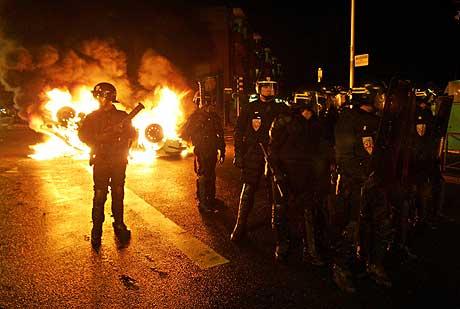 Opprørspoliti i forstaden Clichy-sous-Bois i natt. (Foto: AFP/Scanpix)